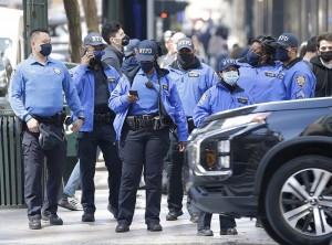 4月5日、ブラック・ライブズ・マター運動のデモに対応するため現場に到着したニューヨーク市警の警官たち(UPI)
