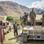 アフガニスタン北部パンジシール州で、イスラム主義組織タリバンに対抗し、武器を手に集まるアフガン人=19日(AFP時事)