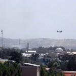 8月15日、米大使館上空を飛ぶヘリコプター(UPI)