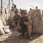 8月22日、カブール国際空港で待機する米海兵隊隊員ら(UPI)