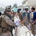 カブール国際空港内で警戒する米海兵隊隊員ら(UPI)