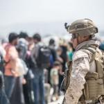 カブール国際空港内で避難の支援をする米海兵隊隊員ら(UPI)