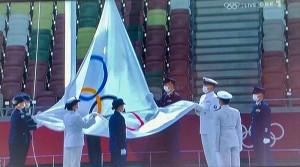 閉会式でオリンピック旗が降ろされる(2021年8月8日、オーストリア国営放送の中継から)