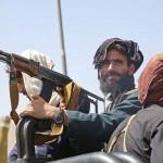首都制圧から一夜明け、通りを見張るイスラム主義組織タリバン=16日、カブール(AFP時事)