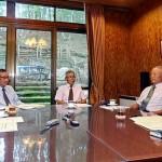 座談会に出席した(右から)古庄幸一氏、大串康夫氏、洗堯氏、木下義昭・本紙主筆、黒木正博・本紙主幹(司会)