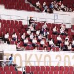 幕張メッセで東京パラリンピックを観戦する生徒ら=25日午後、千葉市