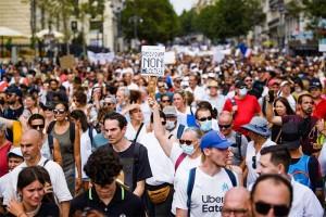 仏南部マルセイユで、新型コロナウイルスワクチン義務化や「衛生パス」に反対するデモ=7月24日(AFP時事)