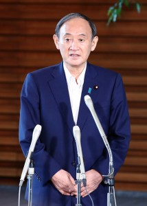 記者団の取材に応じ、自民党総裁選不出馬を表明した菅義偉首相=3日午後、首相官邸