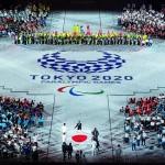 閉会式で入場する日本国旗=5日、国立競技場(EPA時事)