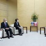 東京五輪・パラリンピック組織委員会の橋本聖子会長(左から3人目)らの表敬を受ける菅義偉首相(右端)=6日午後、首相官邸