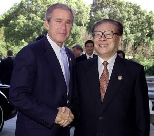 中国の江沢民国家主席(右)とブッシュ米大統領(いずれも当時)=2001年10月、上海(AFP時事)