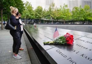 8日、米ニューヨークの世界貿易センタービル跡地を訪れる人々(AFP時事)