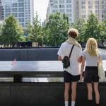 米ニューヨークの世界貿易センタービル跡地を訪れる人々=8日撮影(AFP時事)