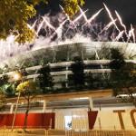 パラリンピックが開幕し、国立競技場で打ち上げられた花火=24日、東京都新宿区