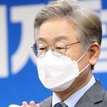 6日、韓国・原州で、記者会見する革新系与党「共に民主党」の李在明・京畿道知事(EPA時事)