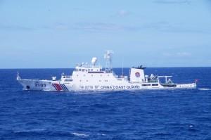 尖閣諸島沖を航行する中国海警局の「海警2103」(第11管区海上保安本部提供)