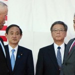 基地返還式典に出席した菅義偉氏(奥左)=2015年4月4日