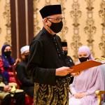 8月21日、クアラルンプールの王宮で首相就任の宣誓式に臨むイスマイルサブリ氏(AFP時事)