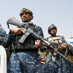カブールの大学前で警備に当たるタリバン戦闘員=11日(AFP時事)