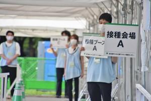 東京渋谷区の代々木公園に設置された大規模接種会場(7月5日、森啓造撮影)