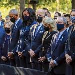11日、ニューヨークでの米同時テロ20年の追悼式典で黙とうする(左から)クリントン元大統領夫妻、オバマ元大統領夫妻、バイデン大統領夫妻ら(AFP時事)