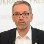 ▲ワクチンを接種していないことを懸命に証明するキックル党首(オーストリア自由党の公式サイトから)