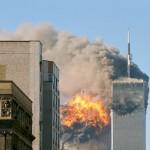ユナイテッド航空175便がツインタワー南棟に突入した瞬間(2001年9月11日Wikipediaより)