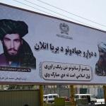 アフガニスタンの道路脇に設置されたタリバンの初代最高指導者故オマル師(左)とハッカニ・ネットワーク創設者の故ジャラルディン・ハッカニ氏の看板=9日、カブール(AFP時事)