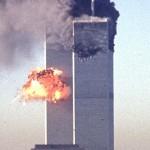 テロで炎上する世界貿易センタービル=2001年9月、米ニューヨーク(AFP時事)