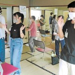 高齢者らと体を動かす生徒ら=8月11日、仙台市宮城野区鶴ケ谷の集会所(「杜の伝言板ゆるる」提供)