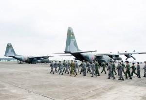 アフガニスタンの邦人らを国外退避させるため、航空自衛隊のC130輸送機に搭乗する自衛隊の派遣隊員=24日、埼玉県の空自入間基地(防衛省統合幕僚監部提供)