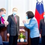 2020年8月10日、台北で蔡英文総統(右から2人目)にあいさつするアザー米厚生長官(右端)ら一行(AFP時事)