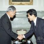 李登輝総統と握手する岸田文雄衆院議員(右)=1994年9月、台北(国史館資料庫より)