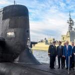 >オーストラリア海軍の潜水艦のデッキに立つマクロン仏大統領(左から2人目)と当時のターンブル豪首相(中央)ら=2018年5月、シドニー(AFP時事)