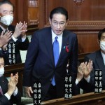 衆院本会議で第100代内閣総理大臣に指名された自民党の岸田文雄総裁(中央)=4日午後、国会内