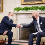 ホワイトハウスの大統領執務室で握手するバイデン米大統領(右)とイスラエルのベネット首相=8月27日、UPI