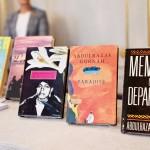 7日、ストックホルムのスウェーデン・アカデミーに並べられたノーベル文学賞受賞が決まったアブドゥルラザク・グルナさんの作品(AFP時事)