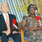 「KYOTO地球環境の殿堂」の表彰式に出席した米プリンストン大上席研究員の真鍋淑郎氏(左)とノーベル平和賞受賞者で「もったいない」運動で知られるワンガリ・マータイさん=2010年2月、京都市