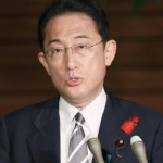 記者団の取材に応じる岸田文雄首相=8日午後、首相官邸