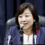 記者の質問に答える野田聖子内閣府特命担当大臣=15日、内閣府(デビッド・チャン撮影)