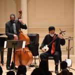 17日、米ニューヨークのカーネギーホールでジャズベーシストの巨匠ロン・カーターさん(左)と協演する三味線奏者の史佳さん(写真家GION氏提供・時事)