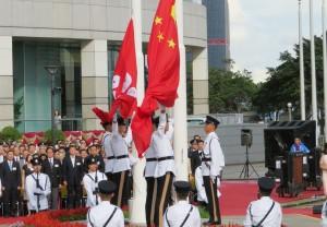 香港返還記念日に行われる中国国旗と香港特別行政区旗の掲揚式典。学校教育現場でも2022年1月から授業が行われる日には国旗掲揚を行うことが義務付けられている。