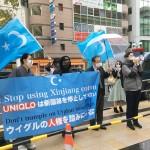 ユニクロ東京本部前で新疆綿の使用停止を訴える人々=22日午後、東京・赤坂(辻本奈緒子撮影)