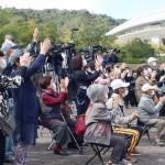 候補者の演説に耳を傾ける有権者ら 21日、広島市安佐南区