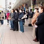候補者の街頭演説を聞く有権者ら= 19日午後、神奈川県川崎市(村松澄恵撮影)