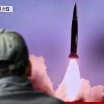 19日、ソウルの鉄道駅で、北朝鮮のミサイル発射に関するテレビのニュースを見る韓国の男性(AFP時事)