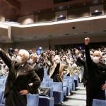 演説会で「がんばろう」と声を上げる支持者ら= 23日、三島市内