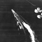 B-17爆撃機の攻撃を受け、回避行動中の空母飛龍。(Wikipediaより)