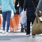 ニューヨークで買い物バッグを持つ歩行者ら  =2020年11月(UPI)