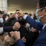 演説の後、支援者らとグータッチをする安倍晋三元首相=24日午後、東京練馬区(撮影・森啓造)